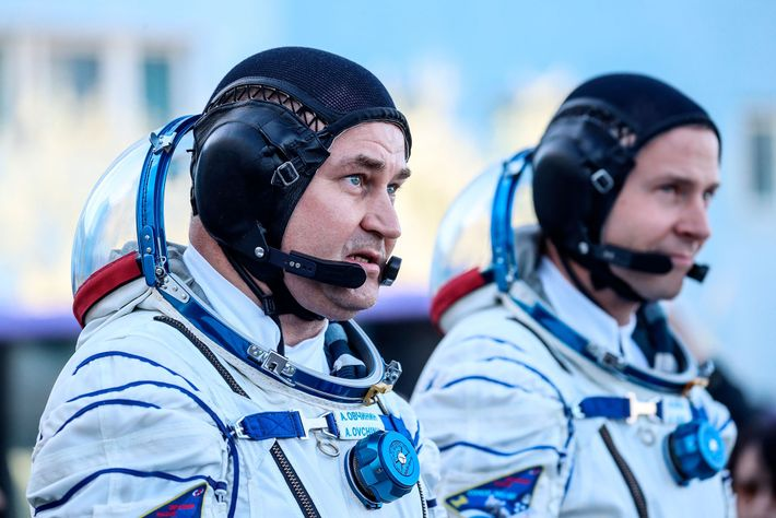 Le cosmonaute russe Alexey Ovchinin (à gauche) et l'astronaute américain Nick Hague photographiés avant le lancement ...