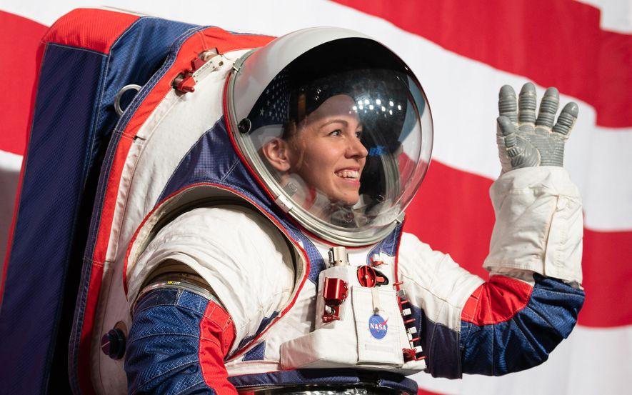 Sur cette photographie, l'ingénieure des combinaisons spatiales Kristine Davis présente le nouveau prototype de la NASA qui sera utilisé lors de la mission Artemis vers la Lune.