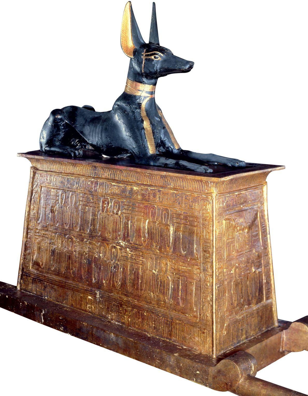 À l'intérieur, une statue dorée d'Anubis montait la garde au sommet d'un sanctuaire en or. Sculpté ...