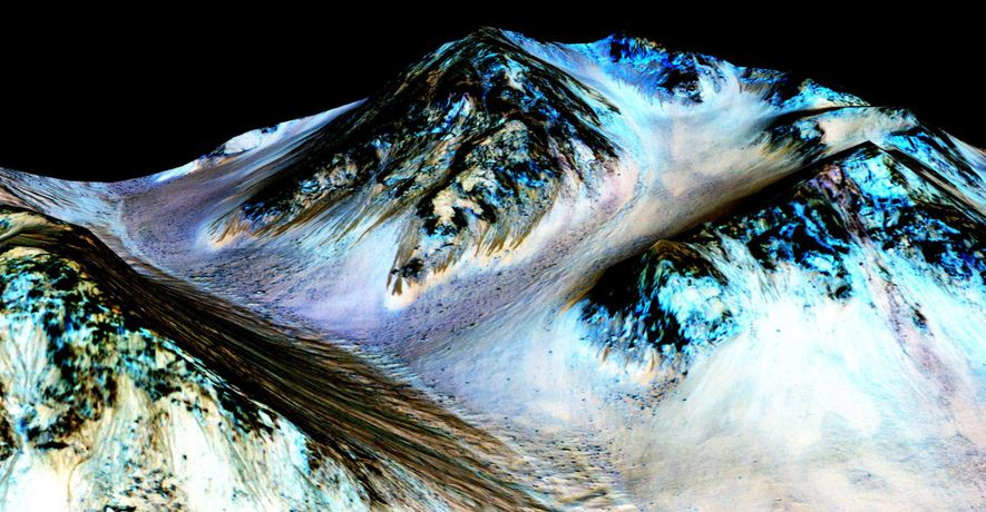 À l'intérieur du cratère martien Hale, des traces sombres (brunes) longues de 100 mètres ont été ...