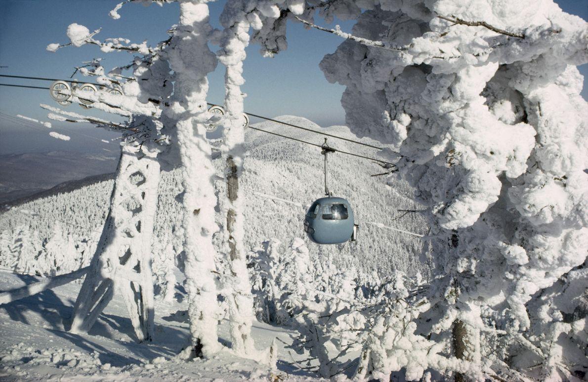 Une télécabine transporte des skieurs au sommet du Lincoln Peak, dans la forêt nationale de Green ...