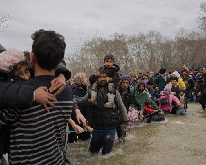 Ayant entendu parler d'un trou dans la frontière, des familles quittent le camp d'Idomeni à pied ...