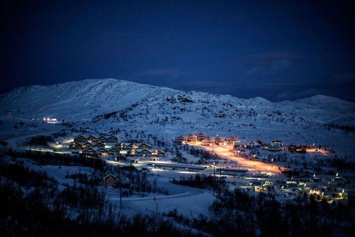 Riksgränsen est une petite station de ski suédoise située à 200 kilomètres au nord du cercle ...