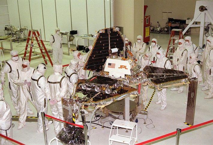 Des travailleurs dans la Spacecraft Assembly et l'Encapsulation Facility-2 du laboratoire de propulsion à réaction de ...