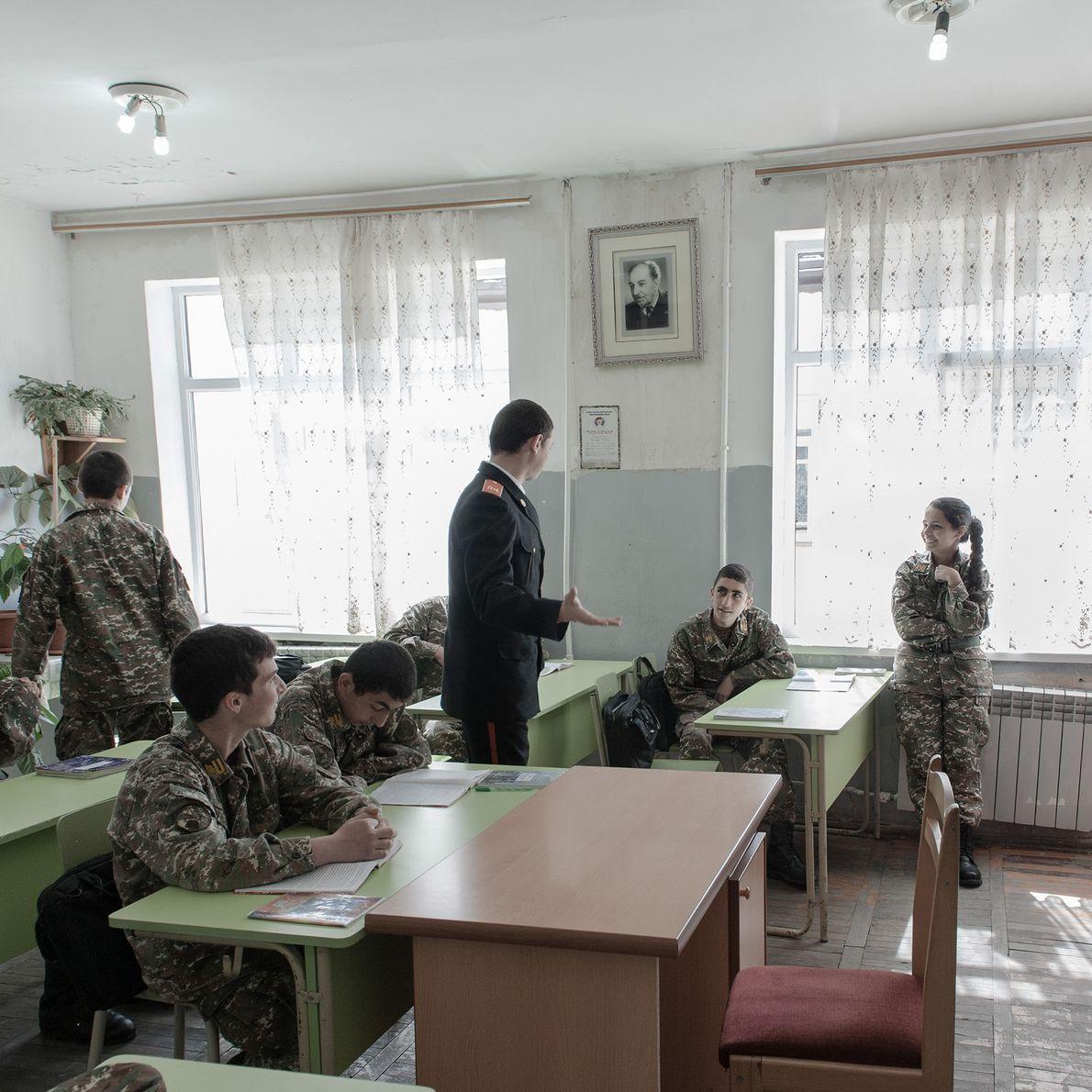 Les jeunes gens font une pause pendant un cours dans l'académie militaire. Ici, les soldats étudient ...