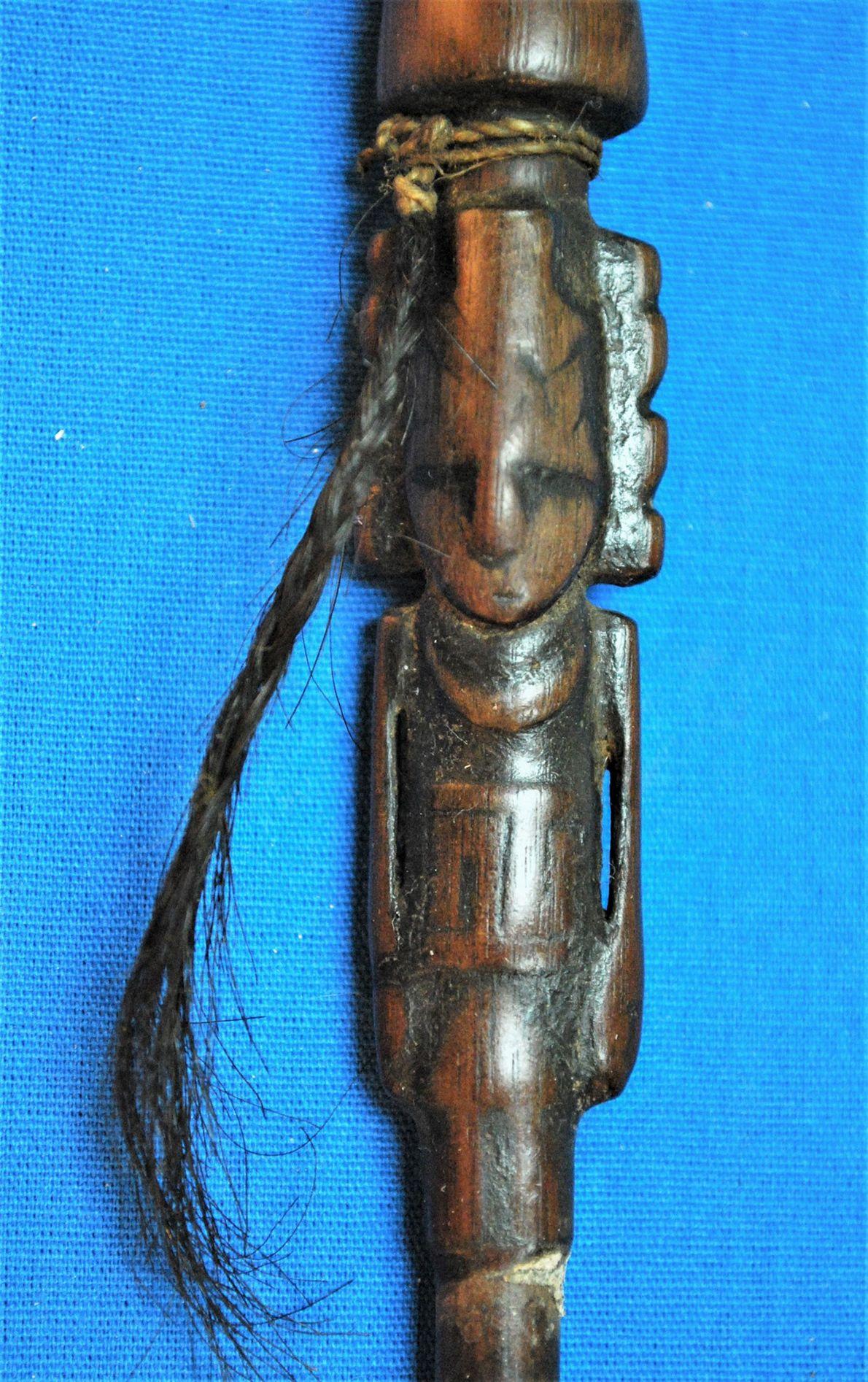 Un tube d'inhalation trouvé dans l'étui à rituels est sculpté en forme de figure humaine, rempli …