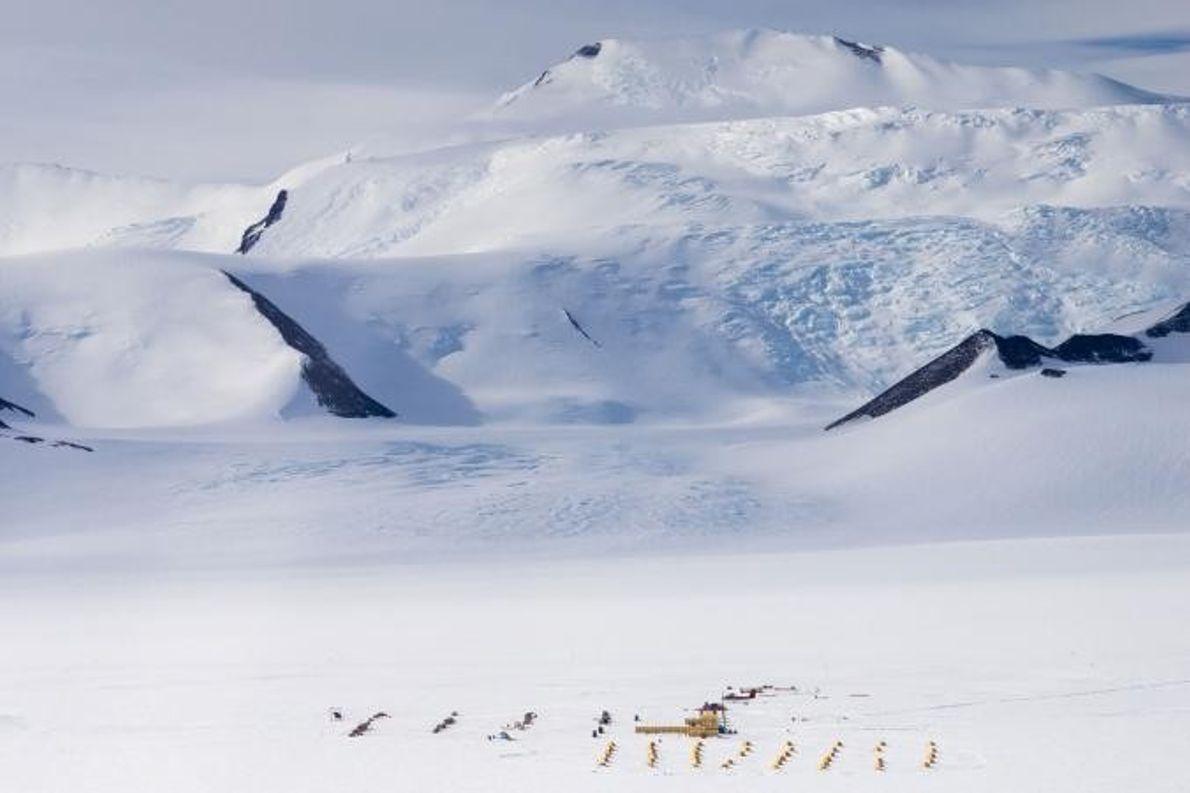 Vue aérienne du camp Shackleton Glacier, qui était la base des opérations des chercheurs durant l'expédition ...