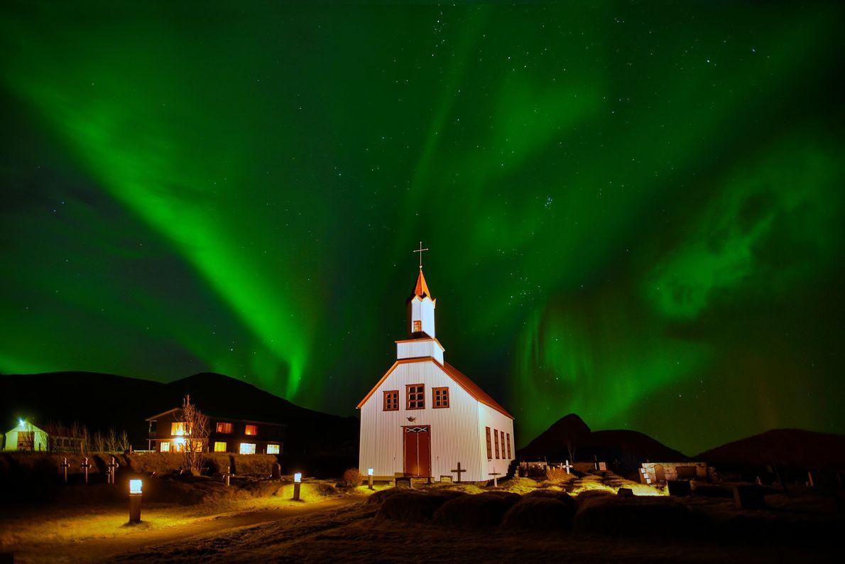Le ciel se colore de vert derrière cette église, en Islande.