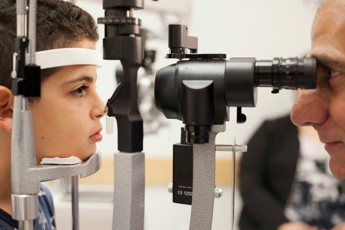 Albert Maguire contrôle les yeux de Misa Kaabali, 8 ans, à l'hôpital pour enfants de Philadelphie en 2017. Avec Jean Bennett ...