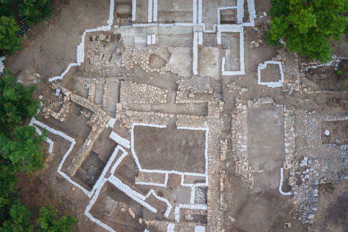 Une photo aérienne du site montre une tranchée horizontale traversant la moitié supérieure du site.