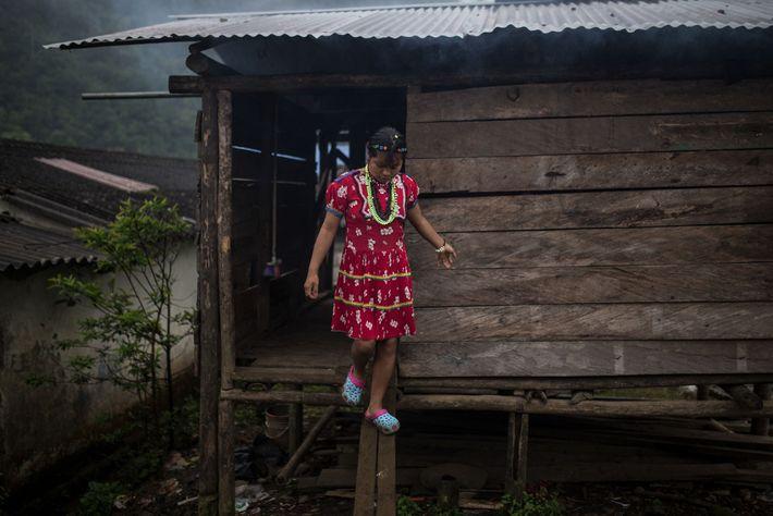 Une adolescente autochtone quitte la maison faite de zinc et de bois qu'elle a elle-même construite.