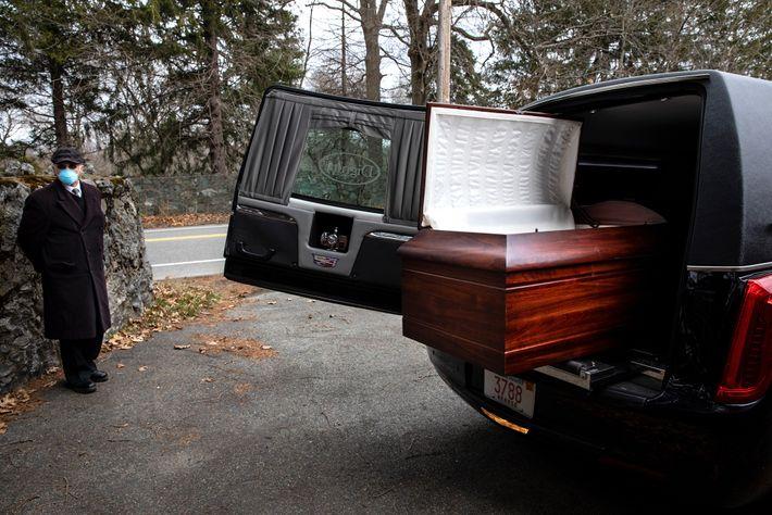 Un corbillard, garé dans un parking aux environs du cimetière juif de Baker Street à Boston, ...