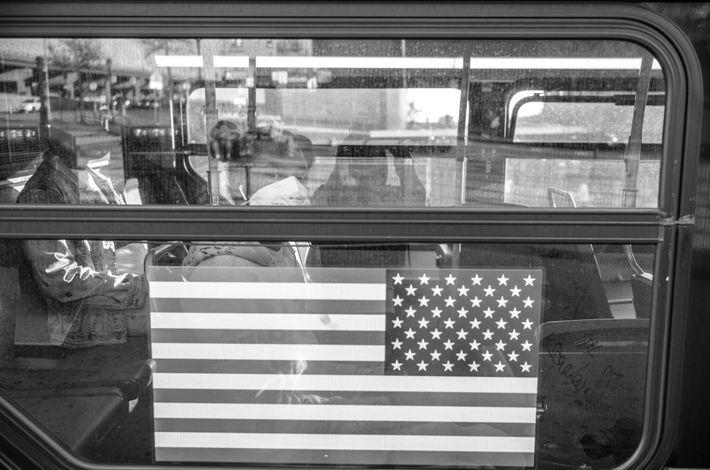Un banlieusard porte un masque lors d'un trajet en bus dans le Bronx. Environ 75 % des ...