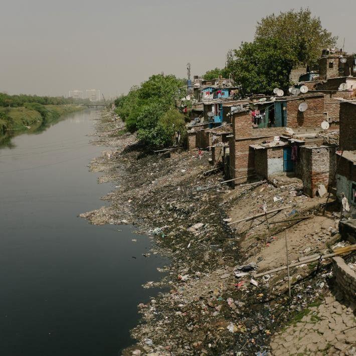 Les populations indiennes n'ont souvent pas d'autres options que de vivre près d'égouts à ciel ouvert, ...