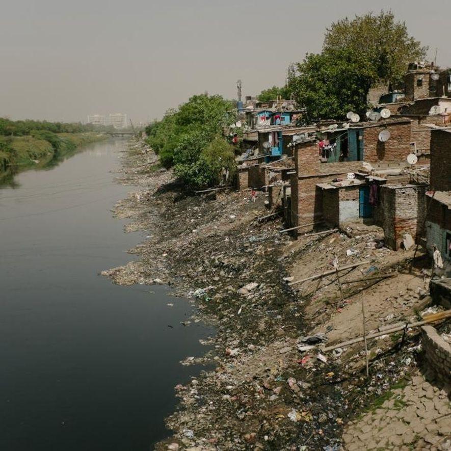 Les populations indiennes n'ont souvent pas d'autres options que de vivre près d'égouts à ciel ouvert, comme celui-ci à Noida, une ville proche de New Delhi.