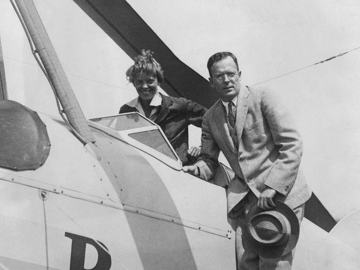 Le 22 juin 1931, Amelia Earhart est accueillie par son mari, George Palmer Putnam, à l'aéroport ...