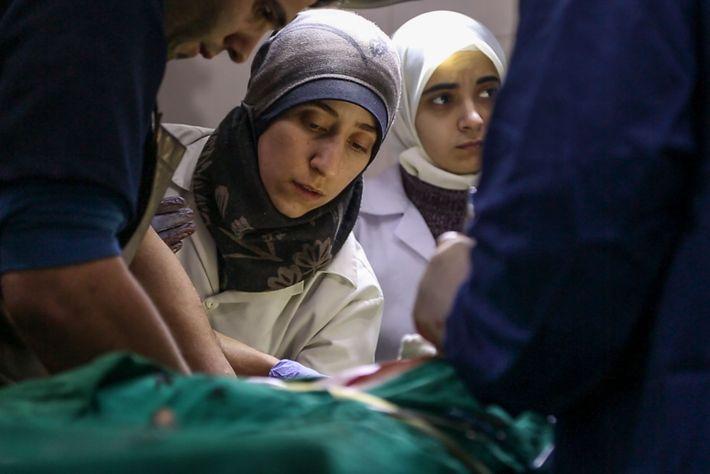 La formation du Dr Amani ne l'a pas préparée au métier de chirurgien traumatologue, mais avec ...