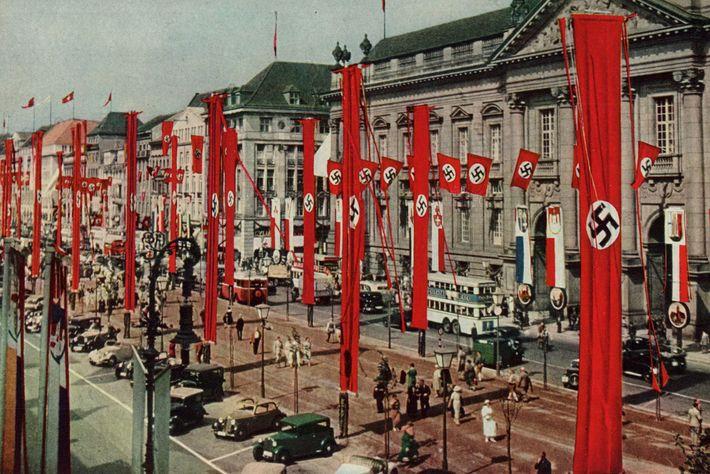 Des croix gammées recouvrent les bâtiment berlinois.