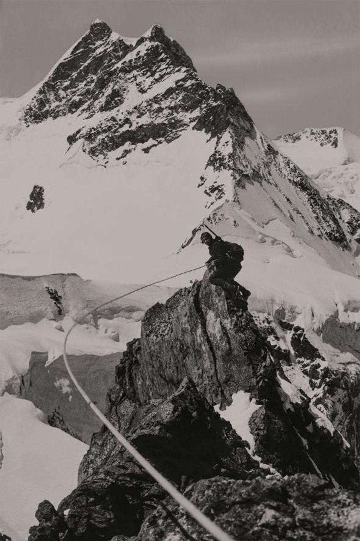 Photographiée par sa partenaire d'alpinisme Miriam O'Brien, Micheline Morin prend la pose devant l'impressionnant Jungfrau. En ...
