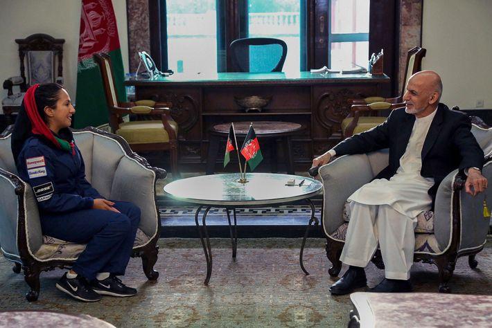 Le 10 juillet, Shaesta Waiz a rencontré le président afghan Ashraf Ghani. Ils ont discuté d'un ...