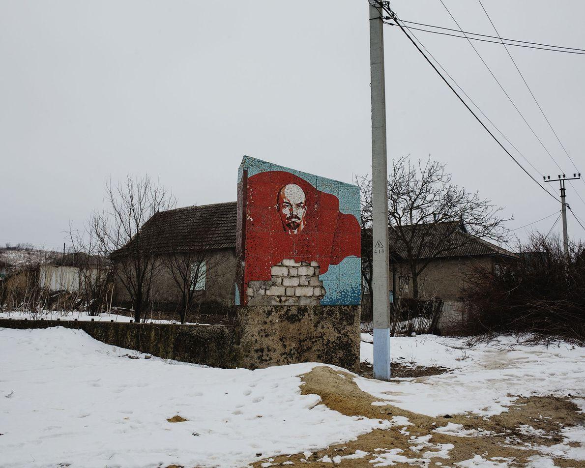 L'une des nombreuses mosaïques laissées à l'abandon de Vladimir Lénine se trouve toujours dans une rue ...