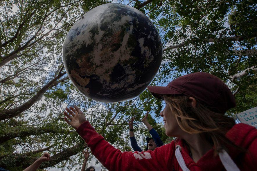 Les enfants appellent les adultes à intervenir pour assurer l'avenir de la planète pour eux-mêmes et ...