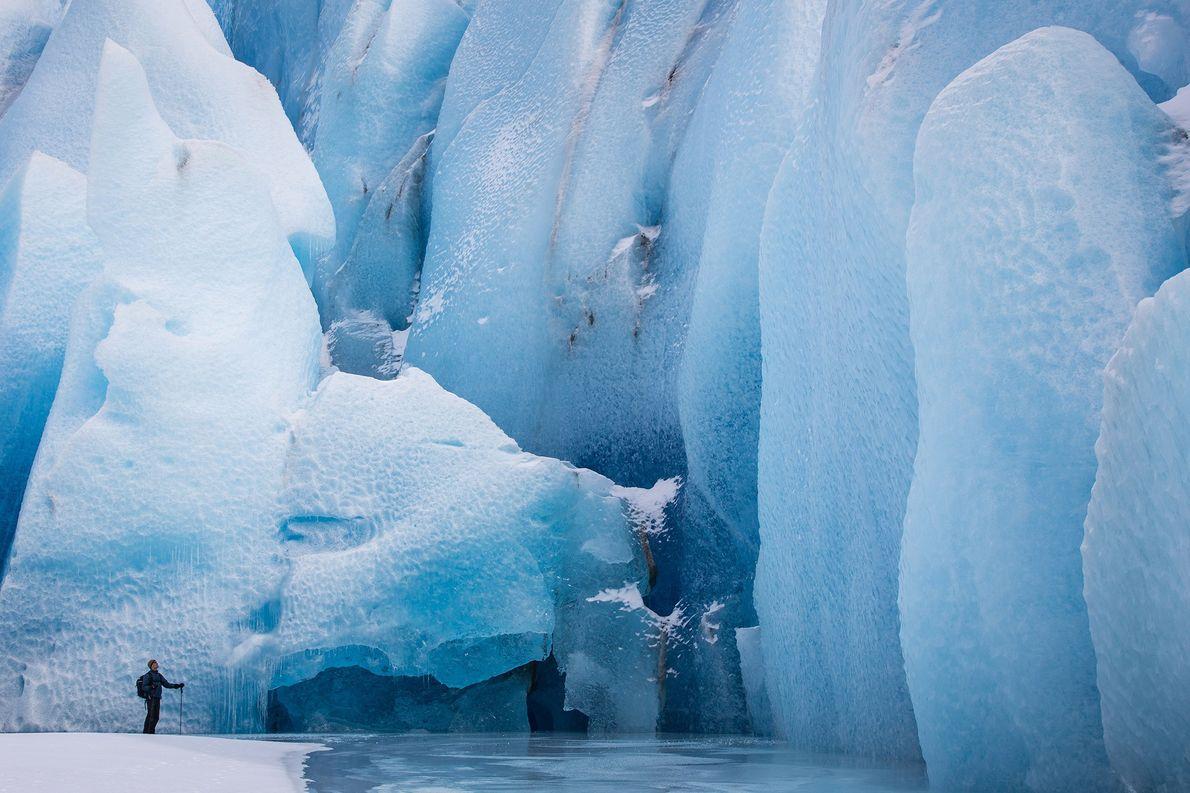 Jaillissant des montagnes Chugach en Alaska, le glacier Knik attire des visiteurs enthousiastes à l'idée d'explorer …