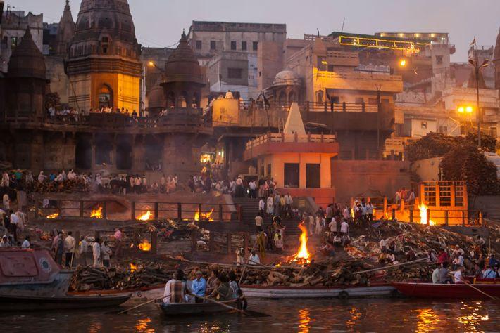 Plus de 30 000 personnes sont incinérées chaque année à Varanasi sur les rives du Gange ...