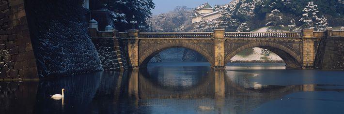 Le palais royal est situé sur la colline derrière le pont Nijubashi à Tokyo.