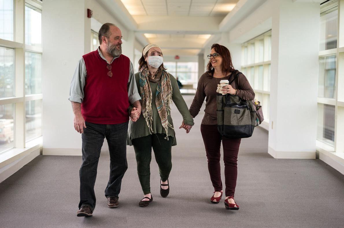 Katie et ses parents quittent la clinique ophtalmologique de Cleveland, dans l'Ohio. La vision de Katie ...