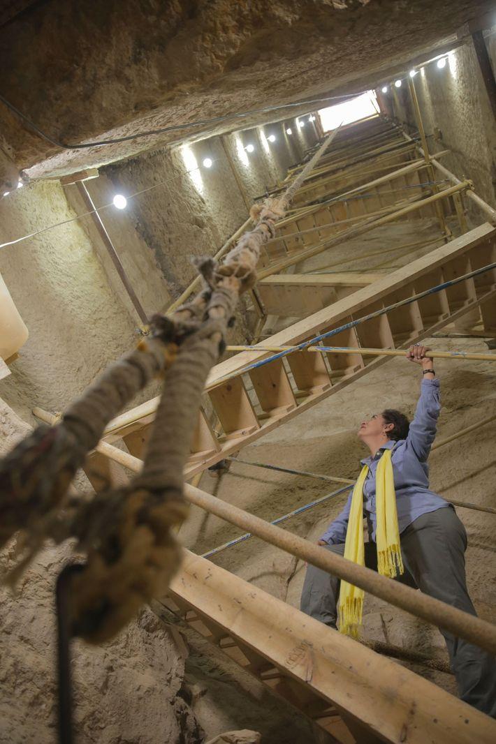 Pour accéder à l'atelier de momification et aux chambres funéraires, les archéologues ont dû retirer 42 ...