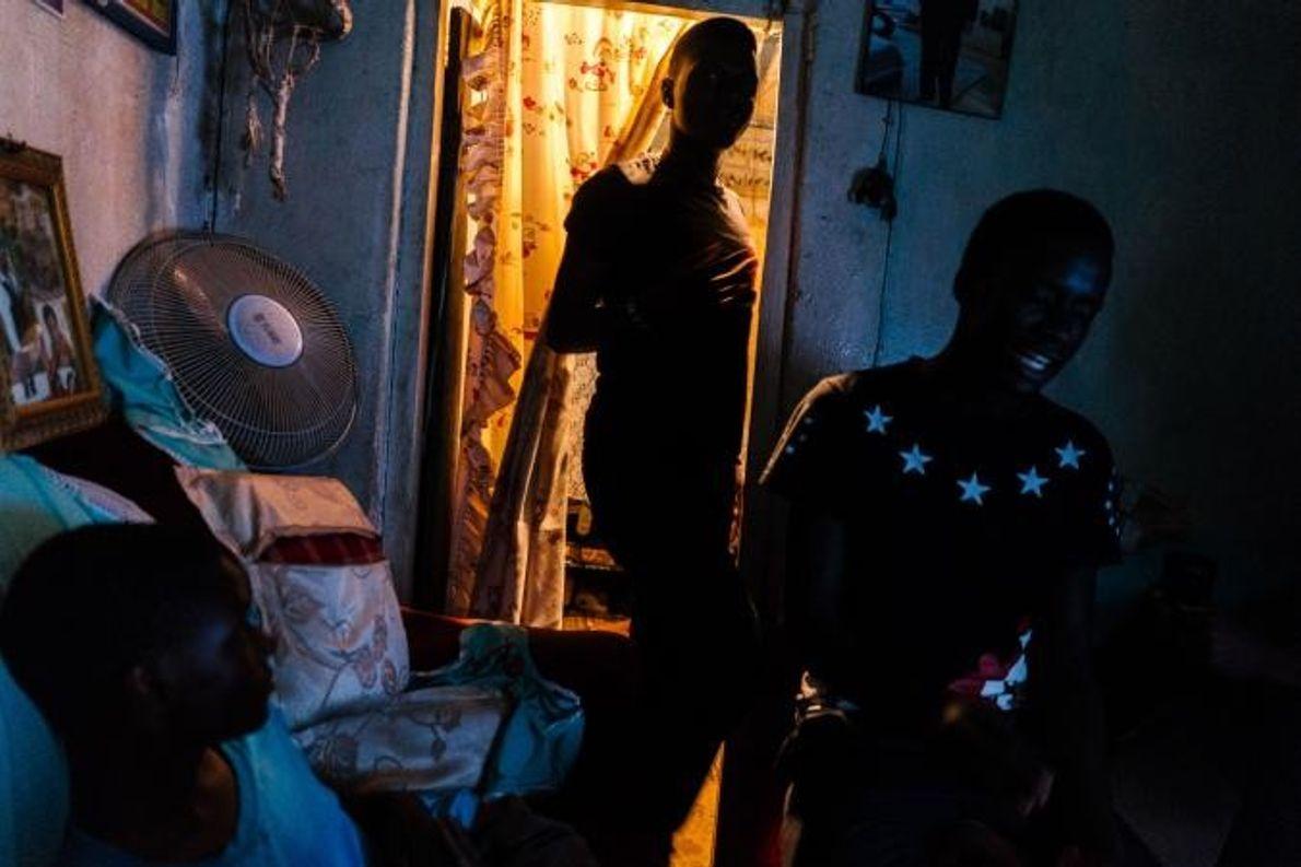 Les jeunes se rassemblent dans le salon du refuge Les Enfants du Soleil.