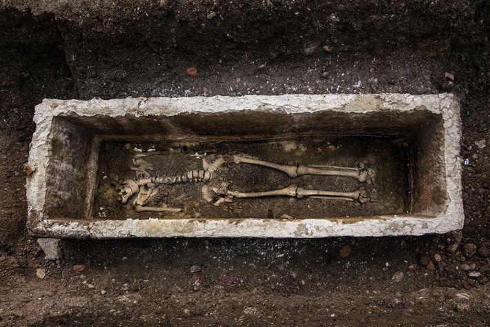 Plus de 300 sépultures ont été découvertes sous la rue Gosposvetska, offrant aux scientifiques l'occasion de ...