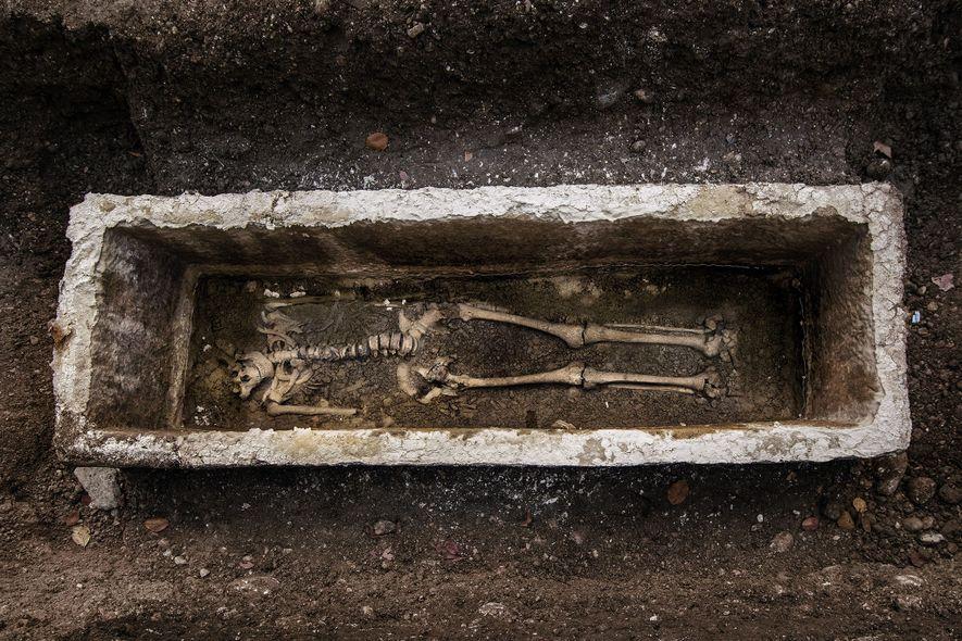Plus de 300 sépultures ont été découvertes sous la rue Gosposvetska, offrant aux scientifiques l'occasion de mieux comprendre la vie et la mort des habitants de Roman Emona.
