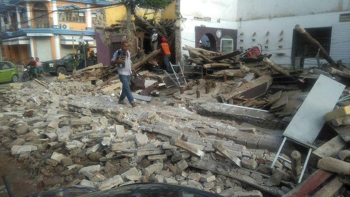 À Tapachula, au Mexique, un homme marche au milieu des décombres. Le président du Mexique Enrique ...