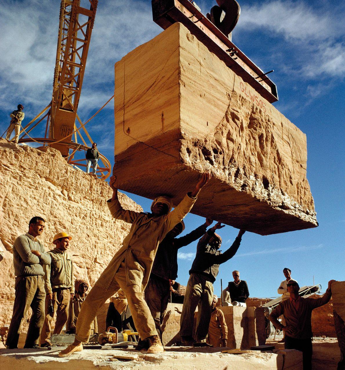 Sur cette photographie datant de janvier 1966, des ouvriers placent la première pierre du Grand temple d'Abou Simbel ...