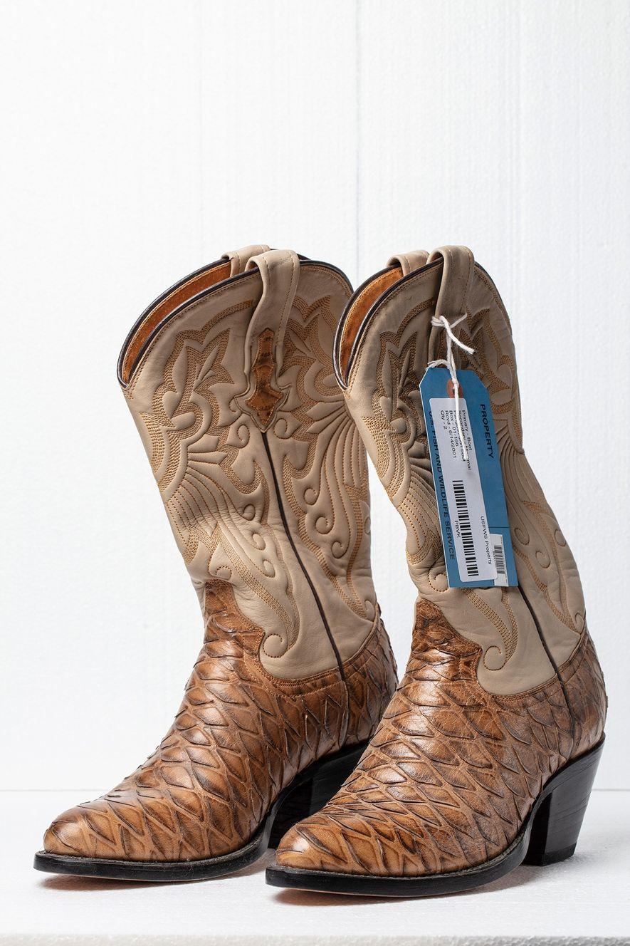 Avant l'interdiction visant le commerce international des pangolins, les bottes en cuir comme celles-ci, fabriquées au ...