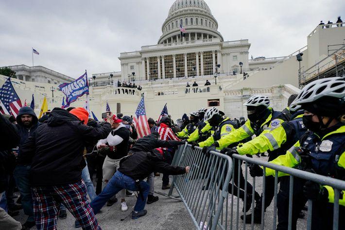Le 6 janvier 2021, un cordon de policiers défend des barrières en métal alors que des membres de ...