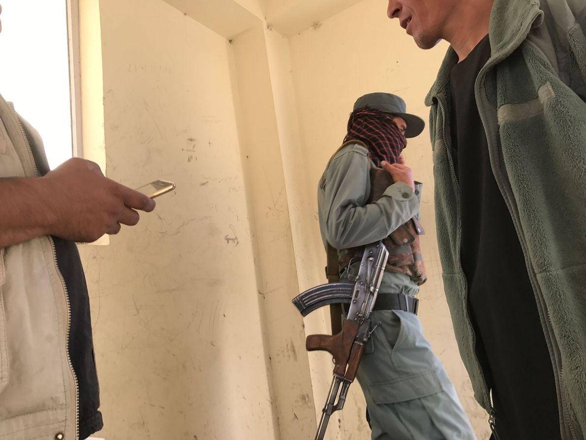 La police nationale afghane vérifie les papiers de Paul Salopek dans un camp fortifié des terres ...
