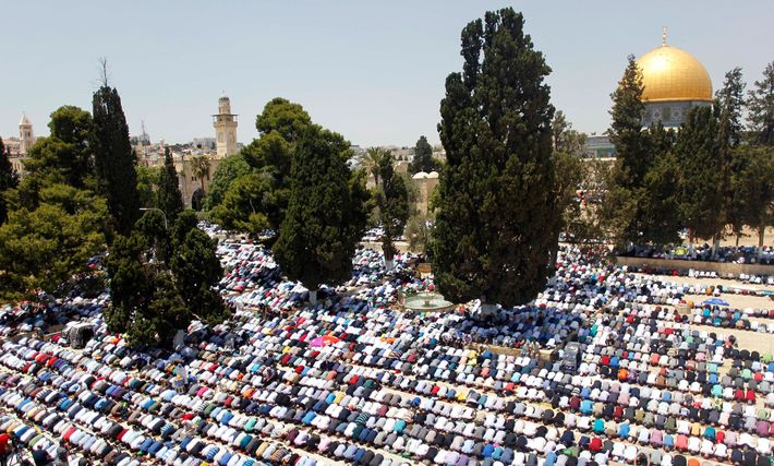Des fidèles prient près du Dôme du Rocher dans la mosquée Al-Aqsa à Jérusalem pendant le ...