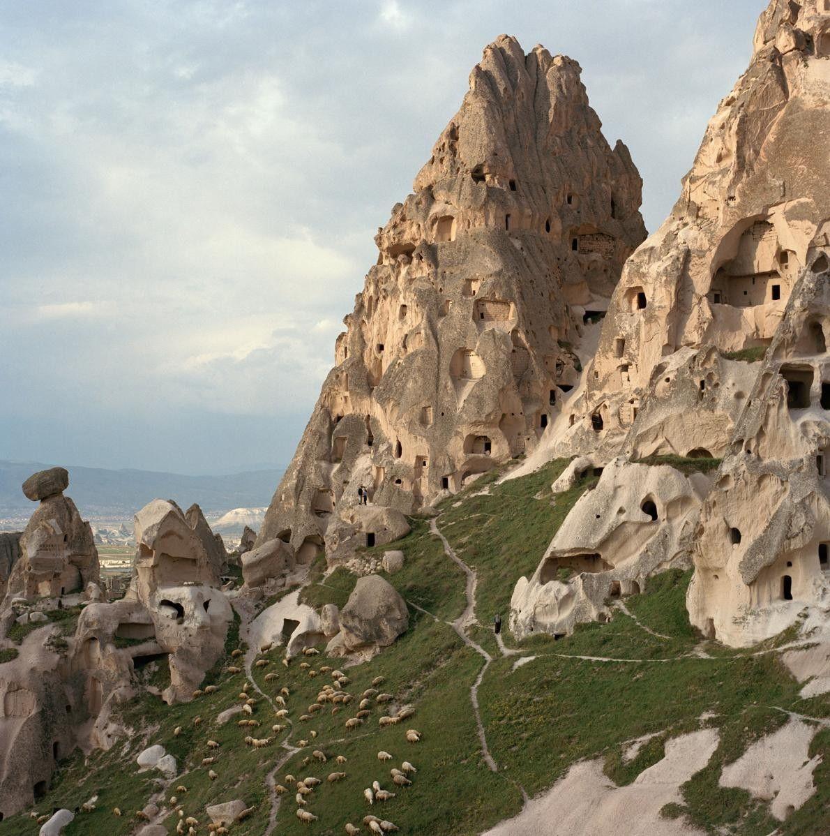 Les superbes formations rocheuses connues sous le nom de « Cheminées de fée », en Turquie, ...