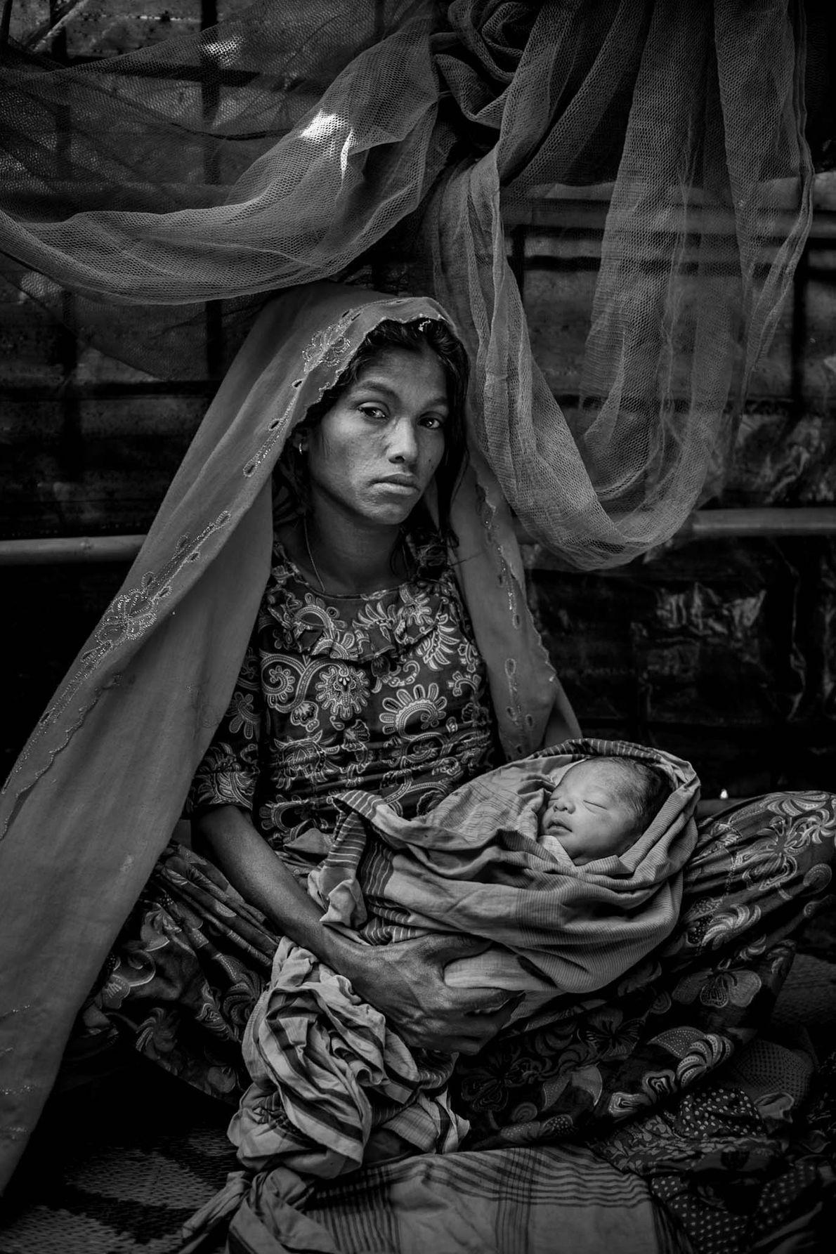 Fatema, une réfugiée Rohingya, tient dans ses bras son bébé âgé de 1 jour prénommé Asma ...