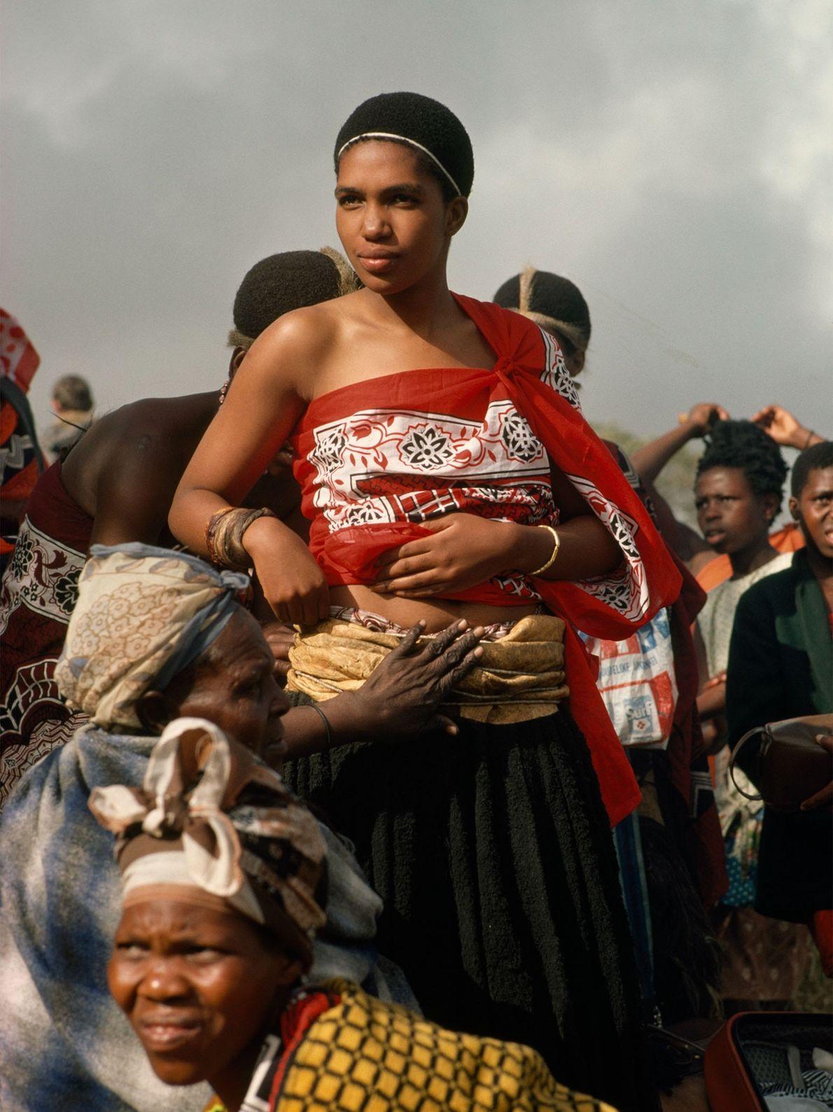 À Kwazulu-Natal, en Afrique du Sud dans les années 1970, une princesse Swazi est habillée par ...