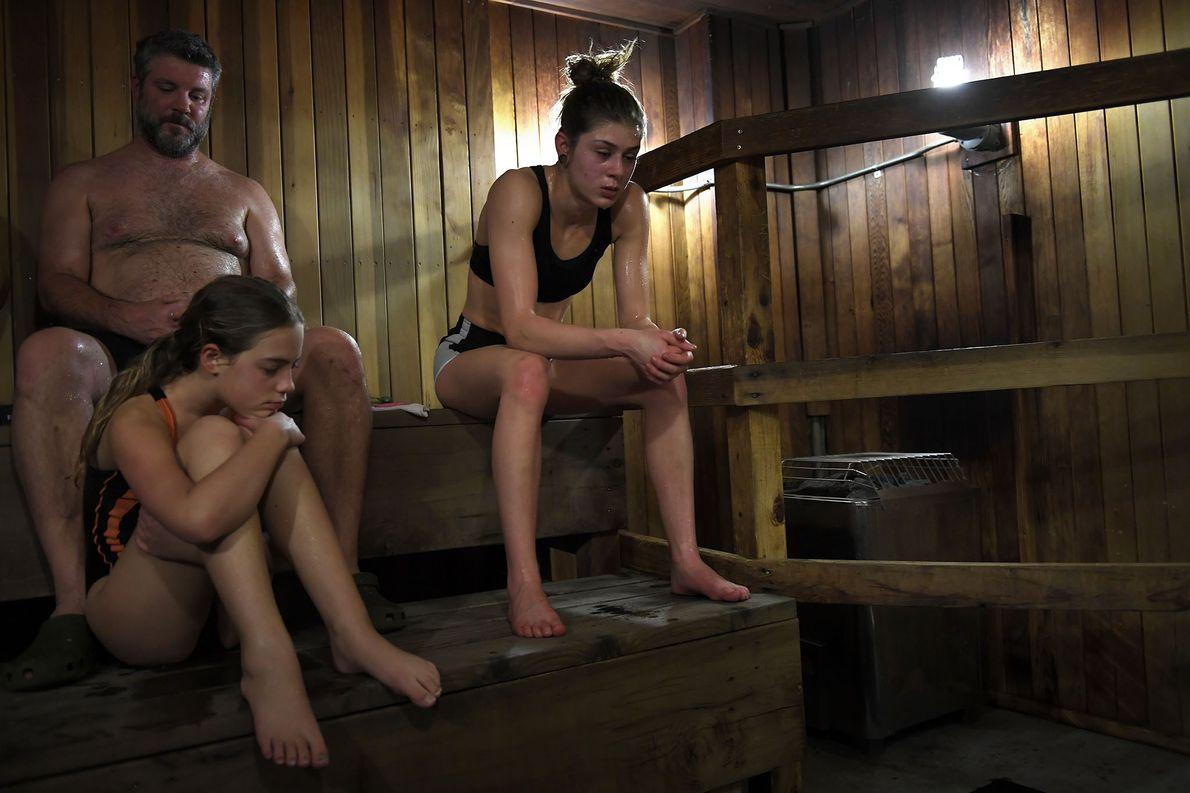 Une lutteuse lycéenne passe quelques minutes dans un sauna pendant un tournoi.