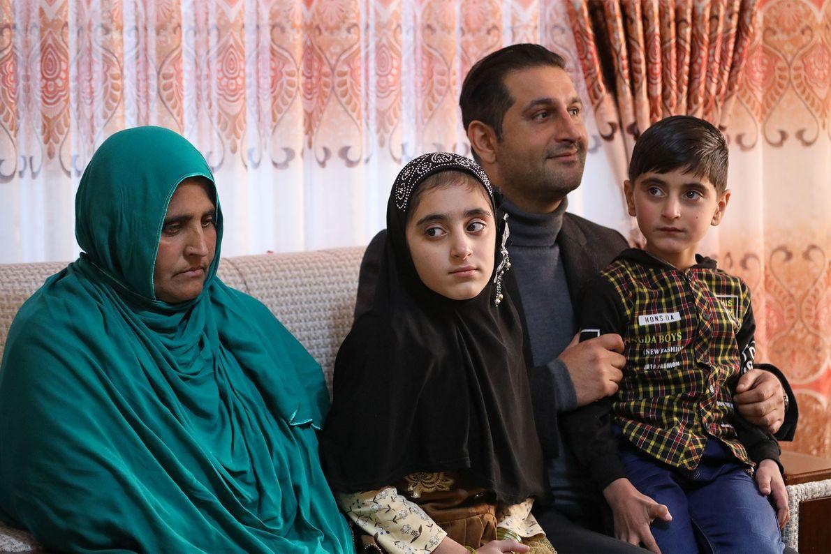 Sharbat Gula et deux de ses enfants durant une cérémonie organisée dans leur nouvelle maison par ...