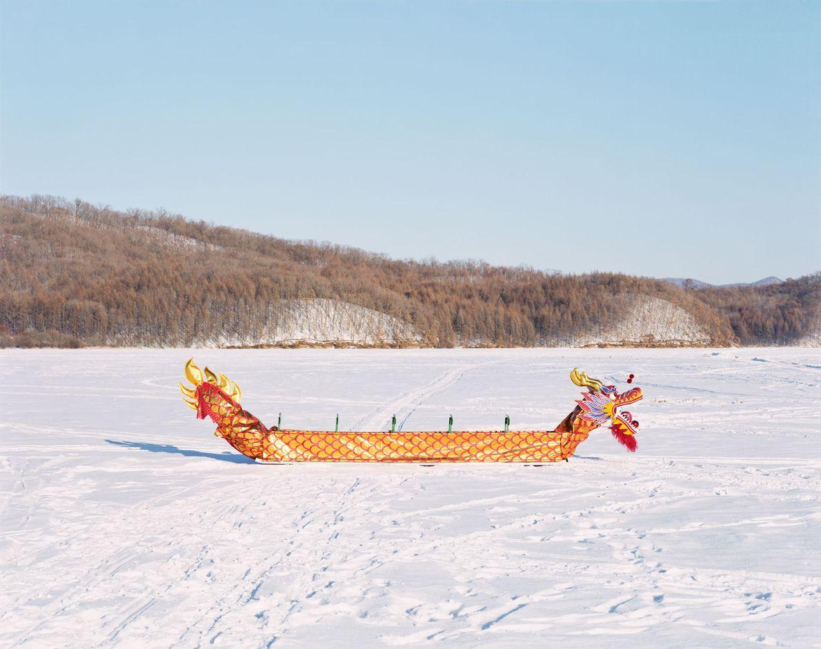 Un bateau-dragon traditionnel repose sur la surface gelée du fleuve Songhua à Yichun, dans la province ...