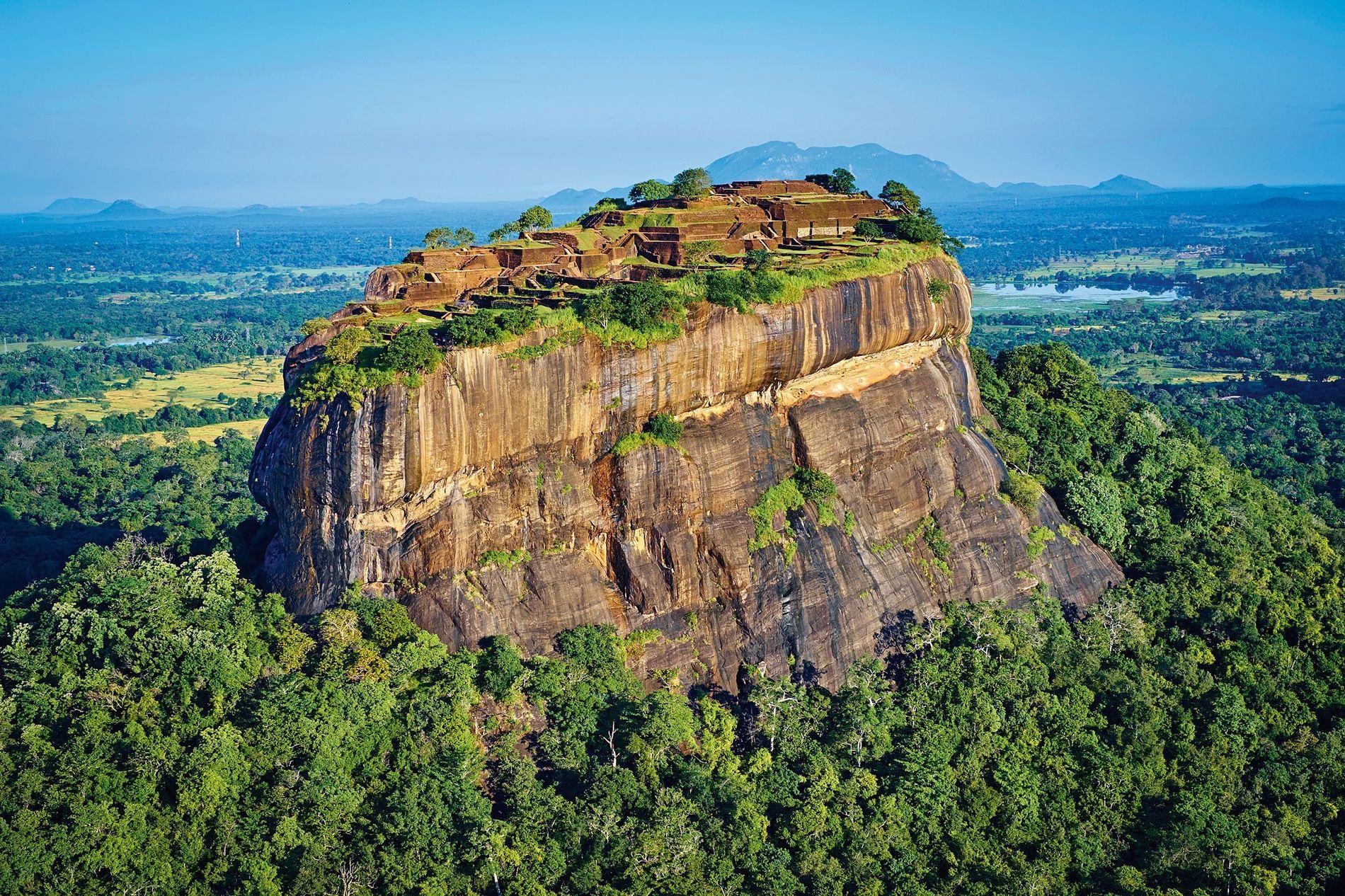 La jungle recouvre la face orientale du rocher Sigirîya, surmontée de la citadelle construite par le roi Kashyapa Ier à la fin du Ve siècle de notre ère, au centre du Sri Lanka.