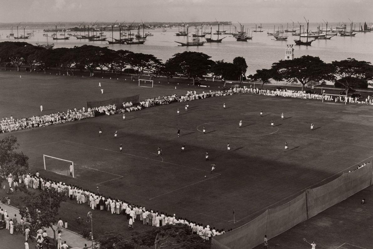 Dans les îles du Pacifique, des spectateurs assistent à un match de football non loin d'un ...
