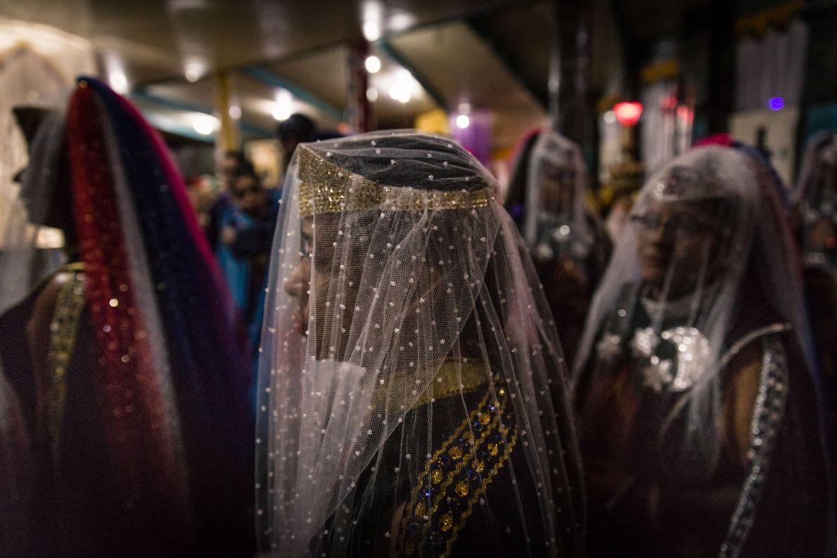 Au cours de la cérémonie de bénédiction du chef Flèche Blanche, les fidèles traversent le temple ...