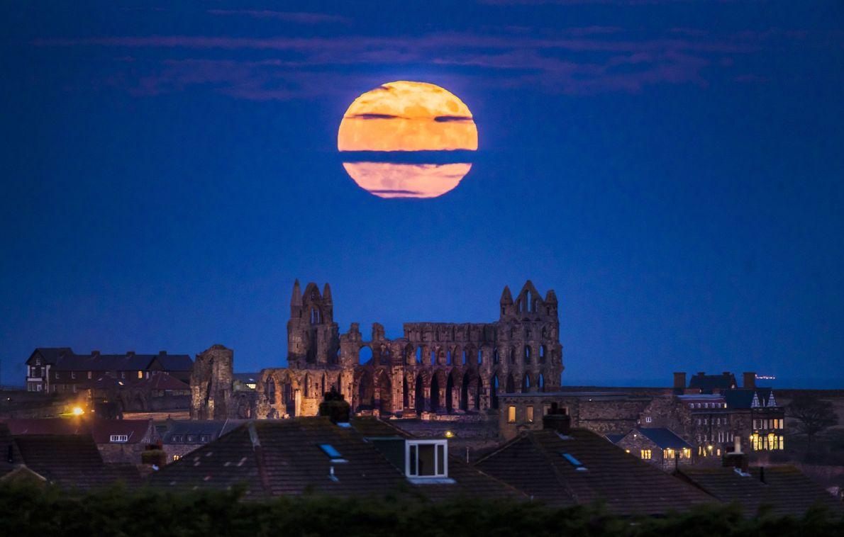 La super Lune se lève sur Whitby Abbey dans le Yorkshire, en Angleterre.